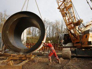 Transport eines Kanalrohres für den neuen Abwasserkanal Emscher, Foto: Rupert Oberhäuser, EGLV.