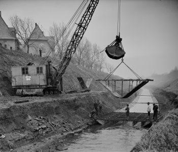 Mit Betonsohlschalen begradigt und reguliert die Emschergenossenschaft die Nebenflüsse der Emscher. Foto Archiv der Emschergenossenschaft