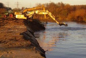Bei der so genannten Uferentfesselung wird die Befestigung mit Flussbausteinen entfernt und zur Anhebung der Flusssohle verwendet.