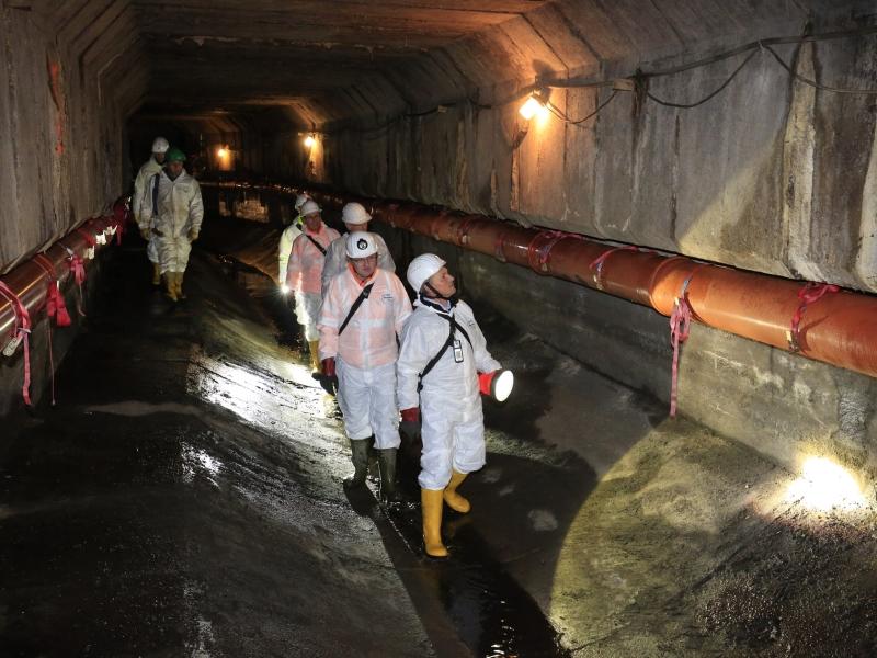 Mitarbeiter der Emschergenossenschaft inspizierten den gemauerten Durchlass des Dorneburger Mühlenbachs