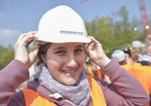 Dieser Helm passt, jetzt kann es losgehen! (Foto: Kirsten Neumann/Emschergenossenschaft).