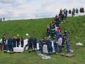 Feuerwehr, THW und Lippeverband übten gemeinsam am Lippedeich in Dorsten
