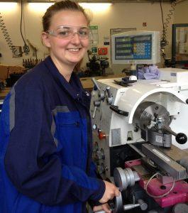 Clarissa Franz in der Lehrwerkstatt für Industriemechaniker bei der Emschergenossenschaft