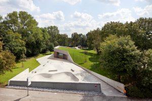 Jugendtreff PlayLand Oberhausen-Holten zwischen Bahnstraße und Flugstraße; Blick von Dach Wohnhaus Bahnstraße über Anlage Richtung Osten (Foto: EGLV/Claudia Dreyße