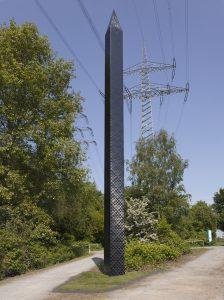 Der Obelisk nimmt auch die Form und Struktur der umliegenden Strommasten auf. (Foto: Roman Mensing/Emscherkunst)