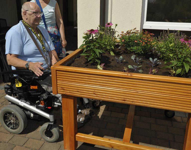 Azubis bauen Hochbeete für Senioren!