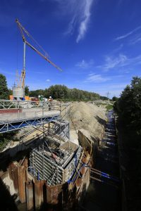 26.08.2015, Dortmund, Entwässerungssystem am Knoten Scharnhorst, hier der Körnebach, Blick bachabwärts am RÜ 6.4 Richtung Brücke Rüschebrinkstraße.