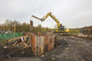 05.11.2015, Dinslaken, Lippegebiet, Rotbachsee, Umbau der manuellen Rechenreinigungsanlage zur automatisierten Anlage. Hier der Bau des Containerstellplatzes.