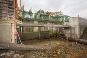 05.11.2015, Dinslaken, Lippegebiet, Rotbachsee, Umbau der manuellen Rechenreinigungsanlage zur automatisierten Anlage.