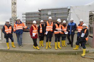 Eine Delegation aus der Essener Partnerstadt Grenoble besucht, am Freitag (19.02.16) in Bottrop (NW), die Baustelle des neuen Pumpwerks für den Abwasserkanal Emscher. Das Bauprojekt der Emschergenossenschaft ist Teil des ökologische Umbau des Emschersystems. Es besteht aus dem Aufbau eines zentralen Abwasserklärsystems im Ruhrgebiet, dem Bau von unterirdischen Abwasserkanälen und der Renaturierung der Emscher und ihrer Nebenflüsse. Im Bild: Dr. Uli Paetzel (blaue Jacke), Vorstandsvorsitzender der Emschergenossenschaft, der die Delegation auf ihrer Bereisung zu Projekten der Emschergenossenschaft in Bottrop begleitete. Foto: Emschergenossenschaft/Stefan Kuhn