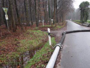 """Am Montagvormittag war die """"fliegende Leitung"""" über 1200 Meter verlegt, die mobile Pumpe konnte die Arbeit aufnehmen."""