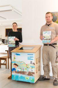 "Torben Backes und Lena Märker (li.) vom Café ""Mats & Mia"" präsentieren den Info-Counter im Hof Emschermündung. Foto: Helge Jahn"