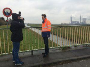 Fototermin bei widrigem Wetter: Uli Paetzel und die NRZ an der Emschermündung in Dinslaken. Foto: Ilias Abawi
