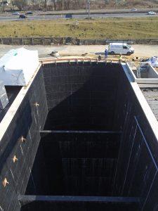 Direkt an der B224 befindet sich die 50 Meter tiefe Baugrube. Foto: Ilias Abawi
