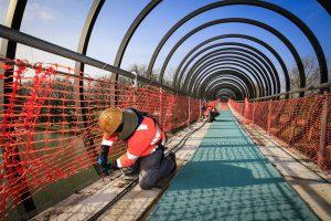 Aktuell wird an der Elektrik gearbeitet, die Tartanbahn ist teilweise schon aufgeschnitten.