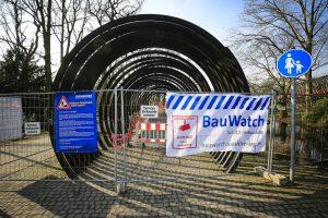 Wegen der Arbeiten muss die Brücke gesperrt werden. Fotos: Rupert Oberhäuser/Emschergenossenschaft