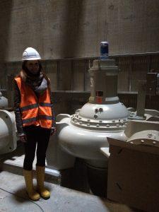 Der Vergleich zwischen Mensch und Maschine: Alexandra Hekel neben einer der Pumpen im neuen Pumpwerk Bottrop. Foto: Ilias Abawi