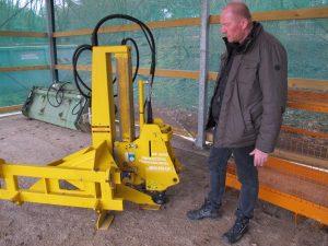 """Mit der """"MIni-Pelle"""" können Zaunpfähle maschinell in den Boden getrieben werden, das spart viel Zeit und Kraft"""