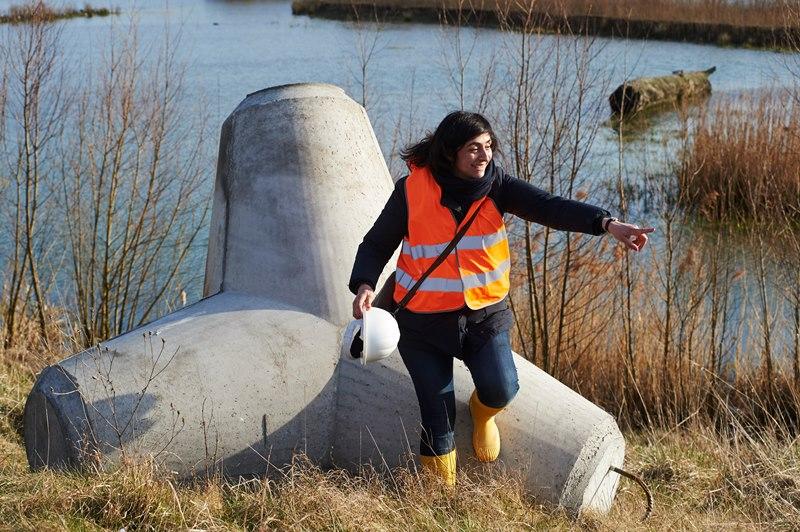 Die Künstlerin Nevin Aladağ vor einem der riesigen Tetrapoden.