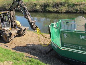 Mit dem Mecalag wird die 3 Tonnen schwere Fähre vorsichtig die Rampe zur Lippe hinunter gezogen.