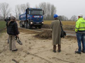 Mit Vier-Achs-Lkw werden die Böden über eine Baustraße aus Stahlplatten abgefahren.
