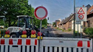 Noch ruht der Bagger, doch gleich geht es los: Blick in die Berliner Straße vor Baubeginn. Foto: Katrin Schnelle