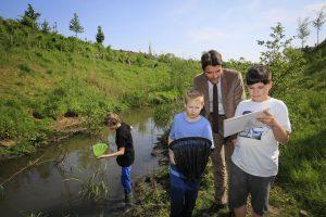 Unser Chef Dr. Uli Paetzel schaut, was die Kinder in der Emscher entdeckt haben. Foto: Rupert Oberhäuser