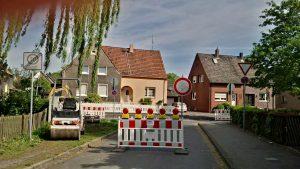 Bis hierhin und nicht weiter - die Zufahrt zur Sophie-Scholl-Schule ist Sackgasse. Foto: Katrin Schnelle