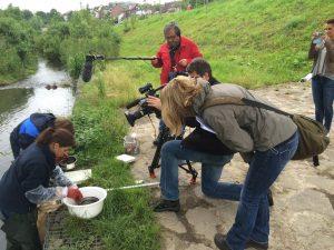 Das ZDF-Team beim Dreh mit Sandra Buchholz und Dr. Thomas Korte. Ganz rechts: die Autorin Aleksandra Galinska. Foto: Ilias Abawi