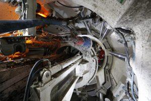 Und so sieht es unter Tage in der Tunnelbaumaschine aus: Hier werden die Tübbinge unter enormem Druck zum Kanalrohr zusammengebaut, fast wie bei einem Puzzle.