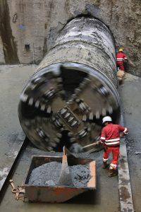 Und so sieht es aus, wenn die Tunnelbohrmaschine nach getaner Arbeit den Kanal wieder verlässt!