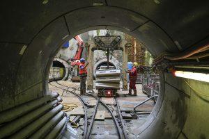 Der Blick zurück aus dem Abwasserkanal Emscher in die Baugrube hinein. Die nächsten Rohr-Elemente warten bereits auf ihren Einsatz. Alle Fotos: Rupert Oberhäuser/Emschergenossenschaft