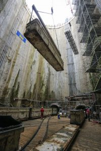 Der abgetragene Boden wird über riesige Waggons hoch befördert und entsorgt.