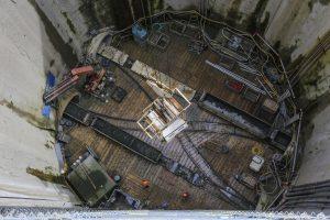 Der Blick in die 38 Meter tiefe Baugrube in Oberhausen hinein: Die gewaltigen Tunnelbohrmaschinen stecken bereits mehrere hundert Meter weit in der Erde.