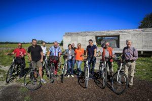 """Auf Fahrrädern ging es bei """"Warten auf den Fluss"""" in Castrop-Rauxel los. Foto: Rupert Oberhäuser/Emschergenossenschaft"""
