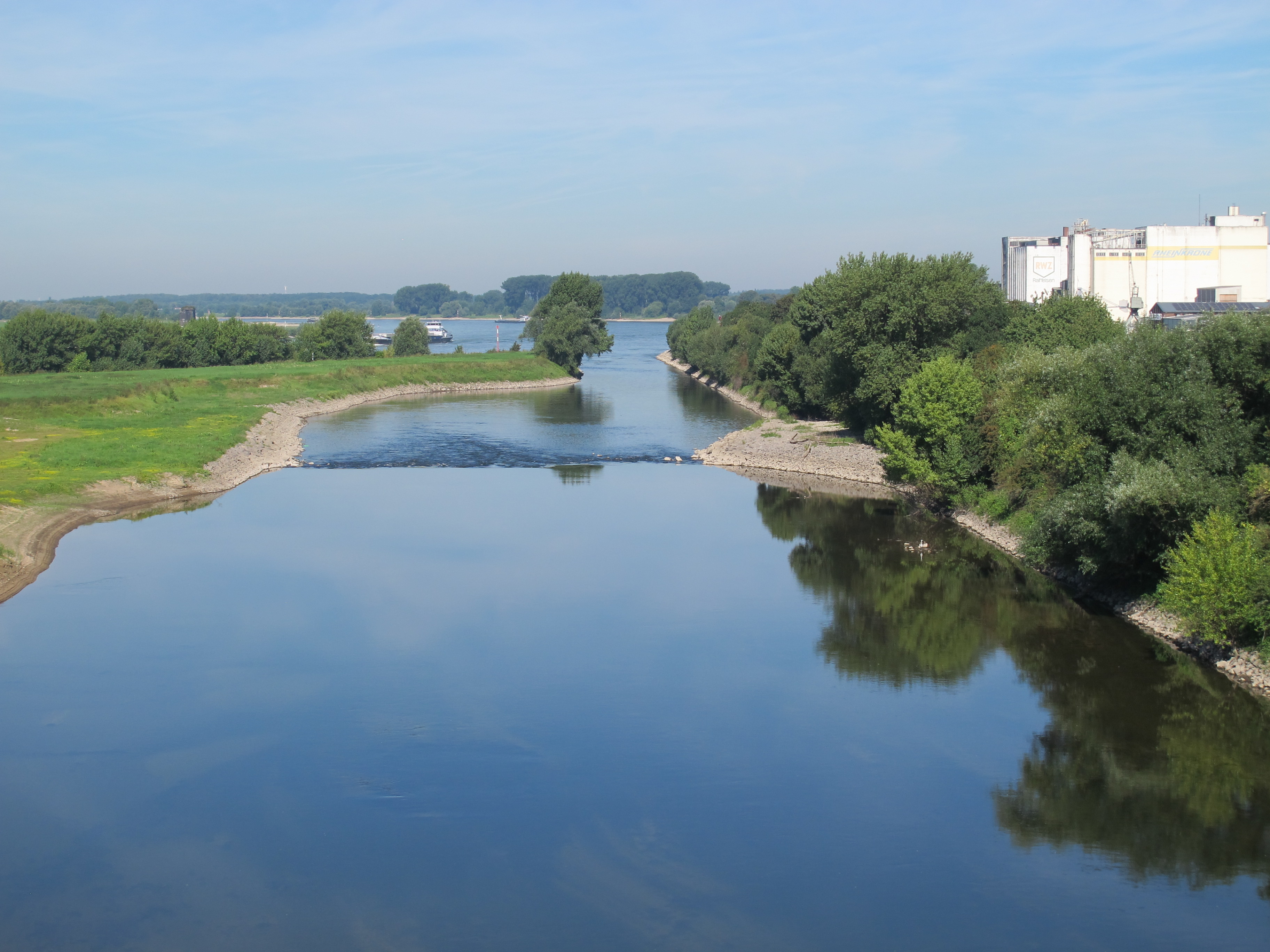Hier endet die Lippe - hinter der Sohlgleite mündet der Fluss in den Rhein
