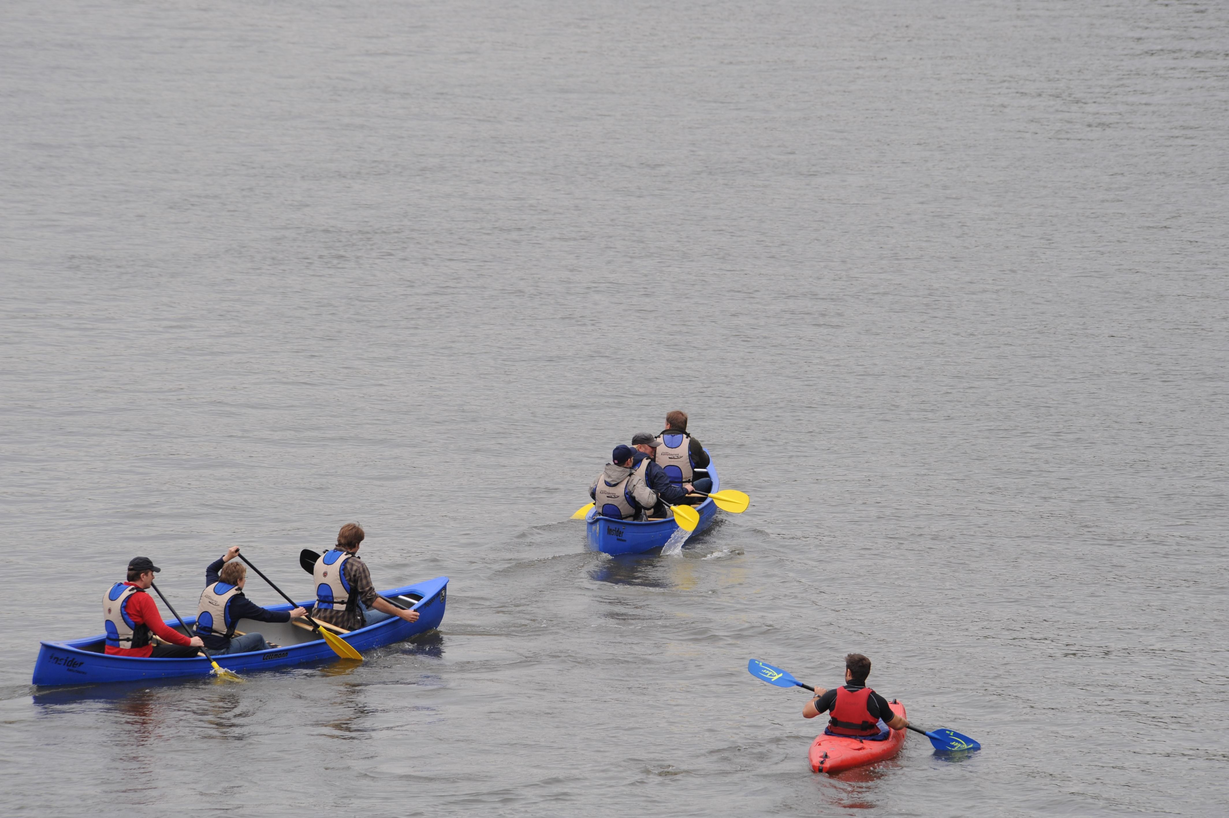 """""""Kanus"""" (Canadier - hier in blau) und Kajaks sind die richtigen Boote für die Lippe."""
