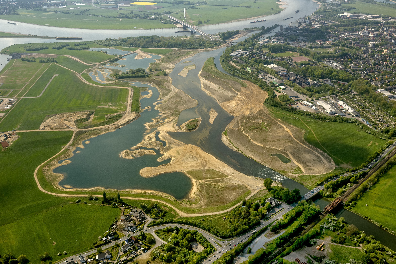 Die neue Lippemündungsaue südlich von Wesel. Am rechten unteren Bildrand ist die Stufe hinter der B 8 gut zu erkennen.
