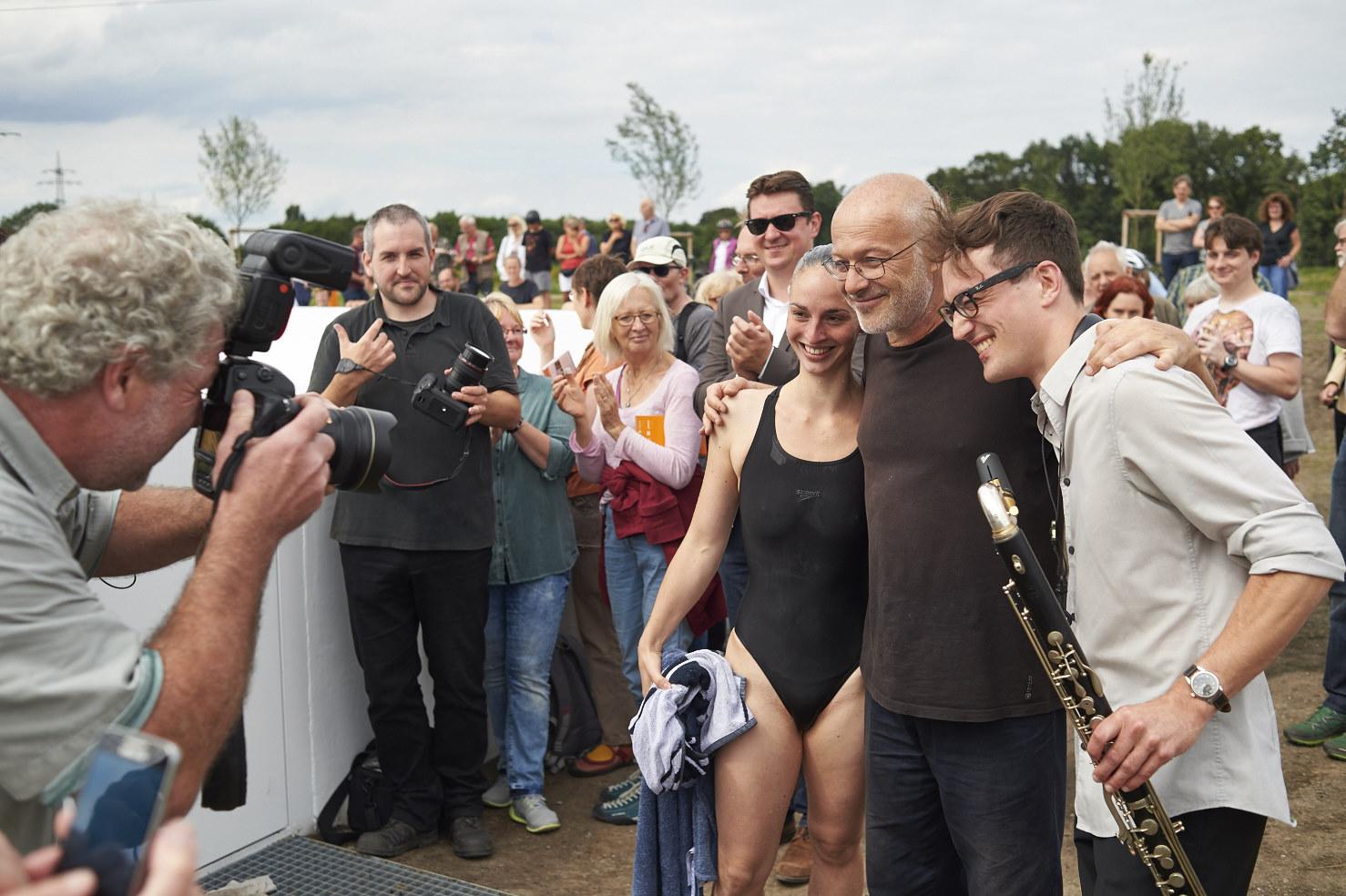 Massimo Bartolini mit der Schwimmerin Jessie Porcher und dem Bassklarinettisten Florian Walter