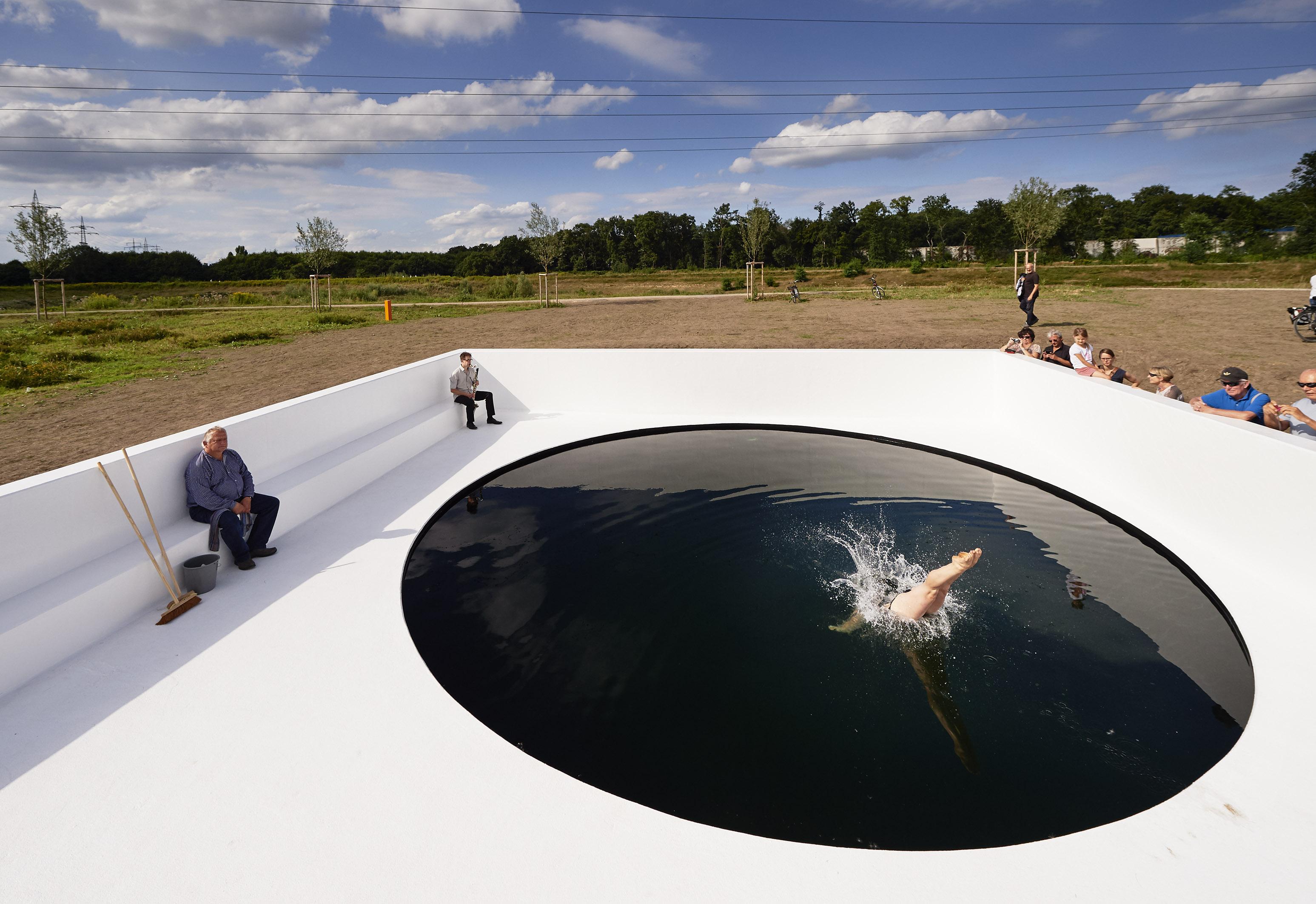 "Kunst im Quadrat – Massimo Bartolinis ""Black Circle Square"""