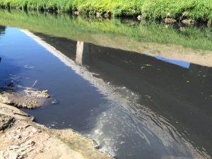 Eine seitliche Einleitung in die Emscher bei Bottrop sorgt für mehr Schmutzwasserfracht... Foto: Ilias Abawi