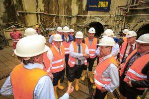 Auf der Schachtsohle in rund 40 Metern Tiefe: Gabriel lauscht den technischen Erläuterungen.