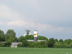 """Der silberne Faulbehälter (links) und der bunte Turm des Pulveraktivkohle-Silos sind die """"Landmarken"""" der Kläranlage"""