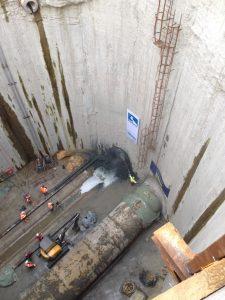 """Zu sehen ist der Moment, in dem die zweite Maschine die Betonwand durchbricht. Die erste Maschine """"parkt"""" bereits in der Grube. Foto: Carsten Machentanz/Emschergenossenschaft"""