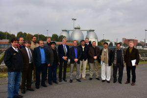 Gruppenfoto vor den Faultürmen: Ich bin der mit der emscherblauen Krawatte in der Mitte... Foto: Heiko Althoff/Emschergenossenschaft