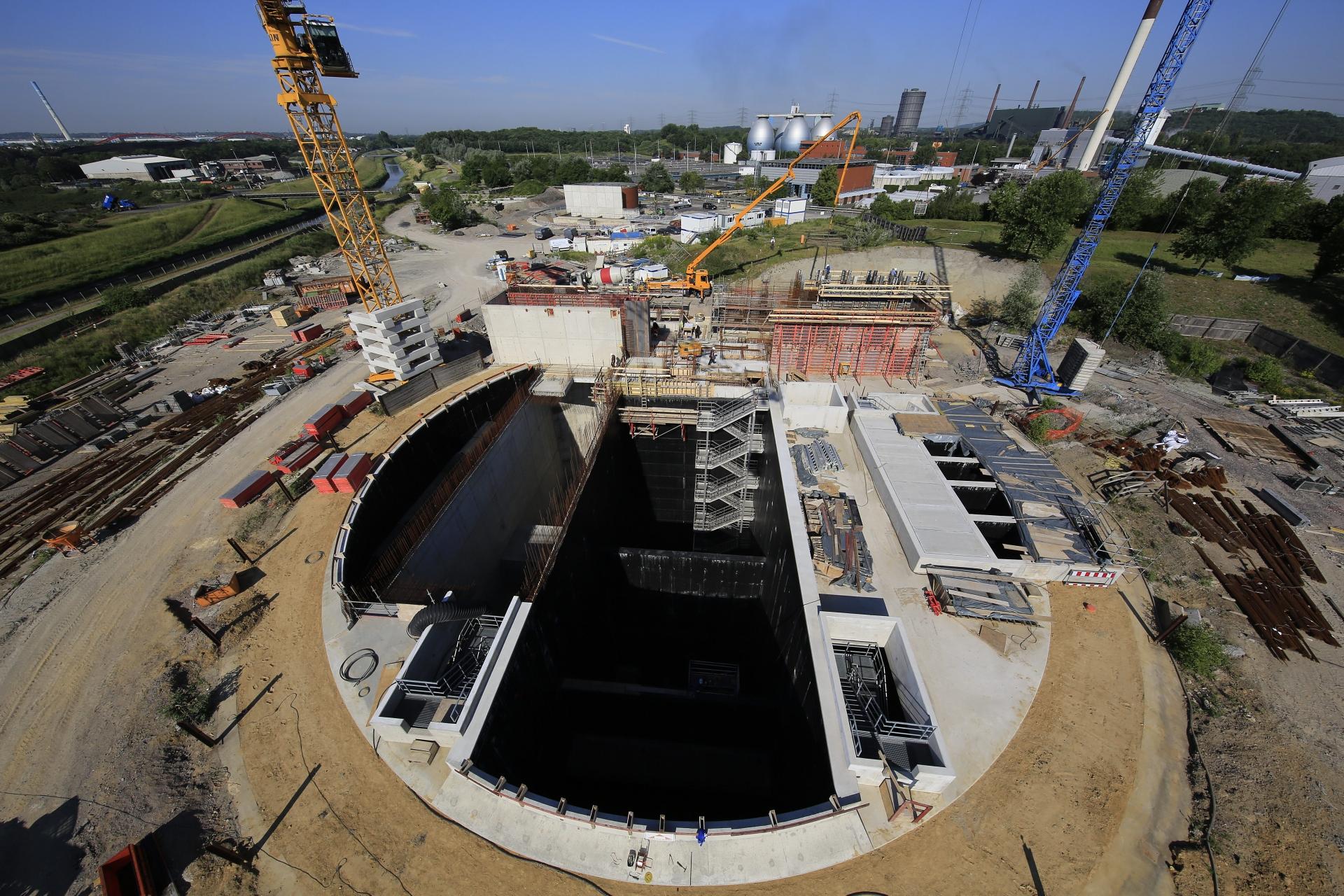 Das perfekte Bild, um die gigantische Baugrube fürs neue Pumpwerk Bottrop zu erklären: