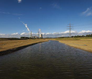 Die neue Emscher an der Mündung in den Rhein. Foto: Rupert Oberhäuser