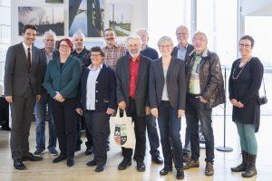 Gruppenfoto mit Emschergenossenschafts-Chef Uli Paetzel (li.): Ute Jäger ist die vierte Person von rechts, Klaus Baumers der zweite von links. Foto: Ilias Abawi (mit der mir anvertrauten Kamera von Klaus Baumers)