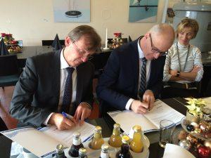 Dr. Emanuel Grün und Klaus Müller (Technischer Beigeordneter der Stadt Bottrop) unterzeichneten im BernePark die Kooperationserklärung. Foto: Ilias Abawi