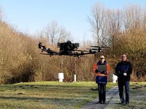 Holger Berning (links) und Michael Kemper bei der Arbeit: Sie lassen den Kopter zu einem Vermessungsflug starten.